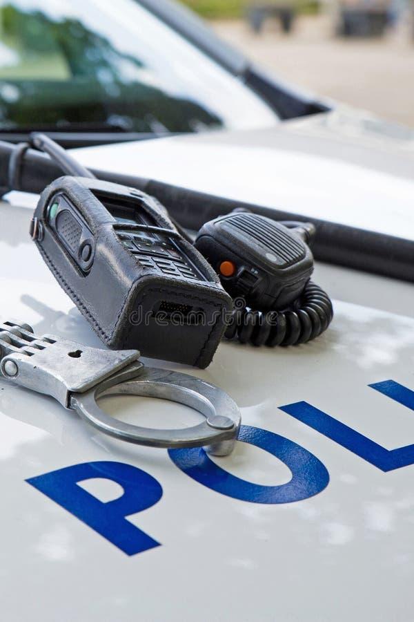 Polizeiausrüstung auf einem Polizeiwagen stockfoto
