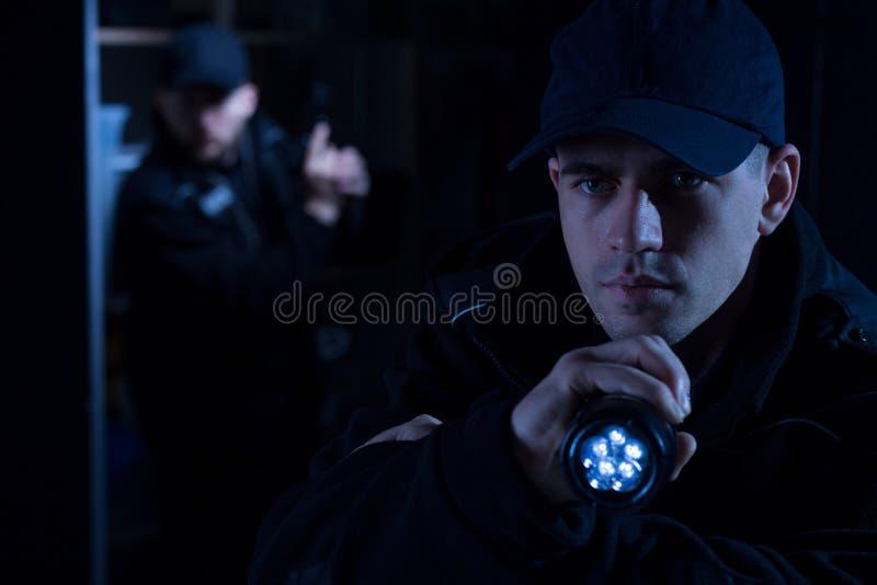 Polizeibeamte mit Fackel stockfotografie