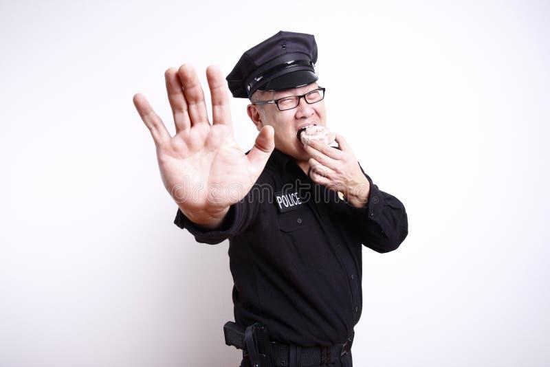 Polizeibeamte mit Krapfen lizenzfreie stockbilder