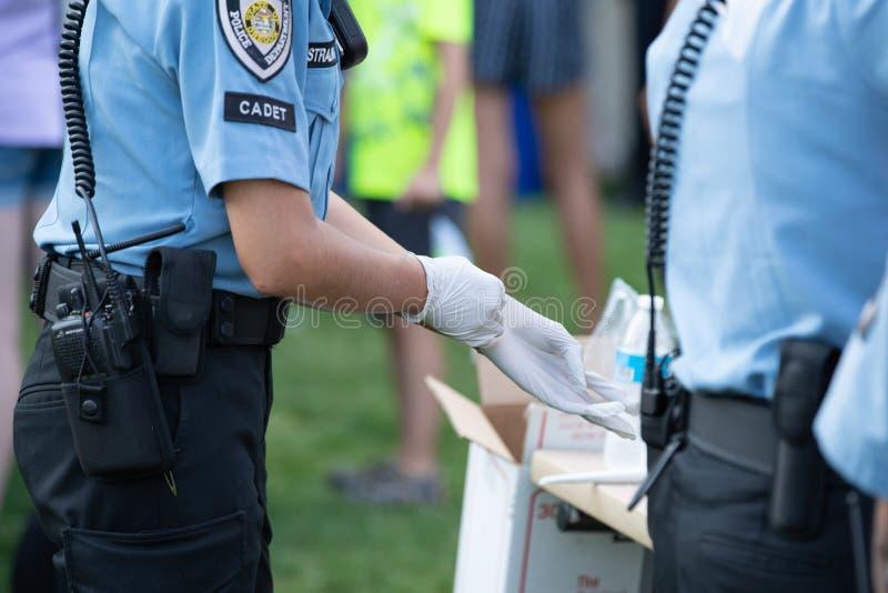 Polizeibeamtekadett mit weißem Handschuh lizenzfreie stockfotos