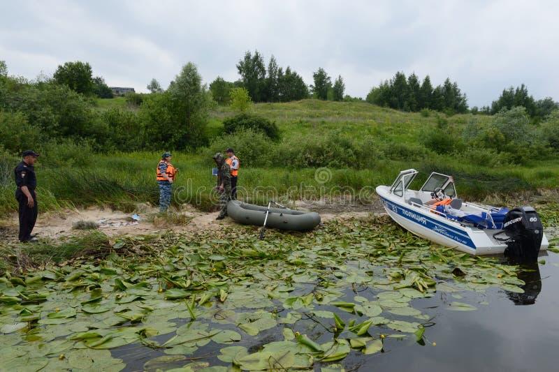 Polizeibeamten stellen ein Protokoll für das Pochieren auf dem Fluss auf lizenzfreie stockbilder