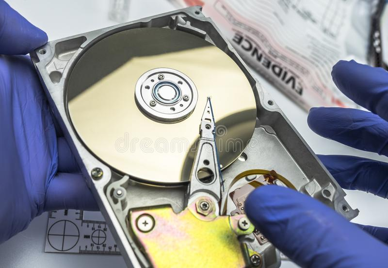 Polizeiexperte überprüft Festplattenlaufwerk auf der Suche nach Beweis lizenzfreies stockbild