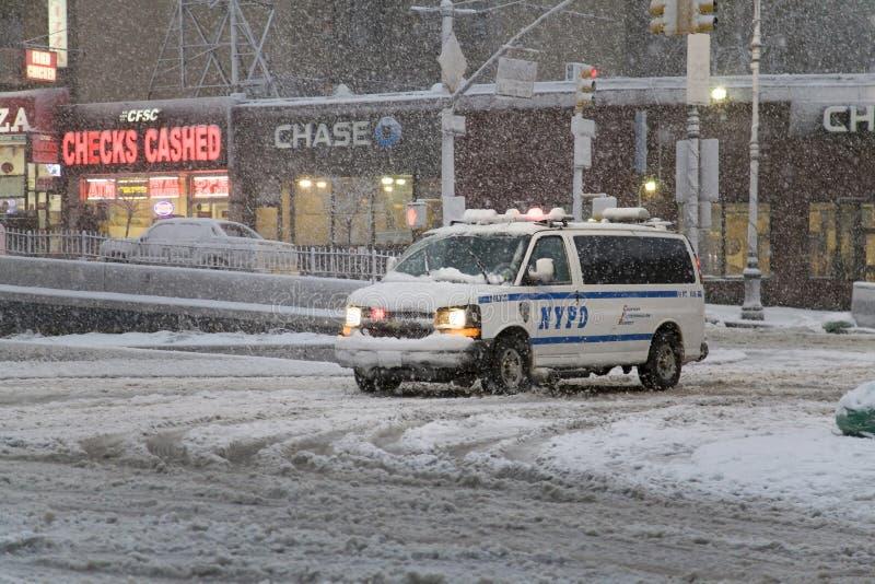 Polizeifahrzeug kreuzt Schnitt von Straße Bronx New York dur stockfoto
