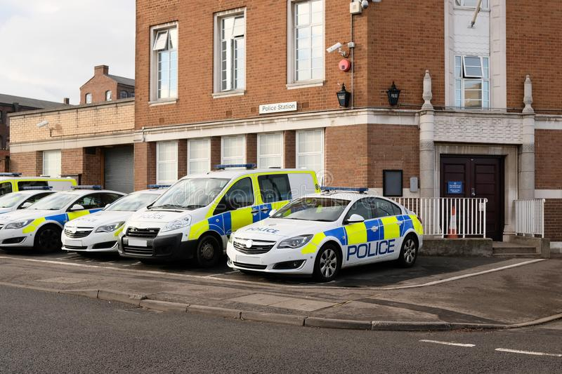 Polizeifahrzeuge außerhalb des Polizeireviers, Großbritannien lizenzfreies stockbild