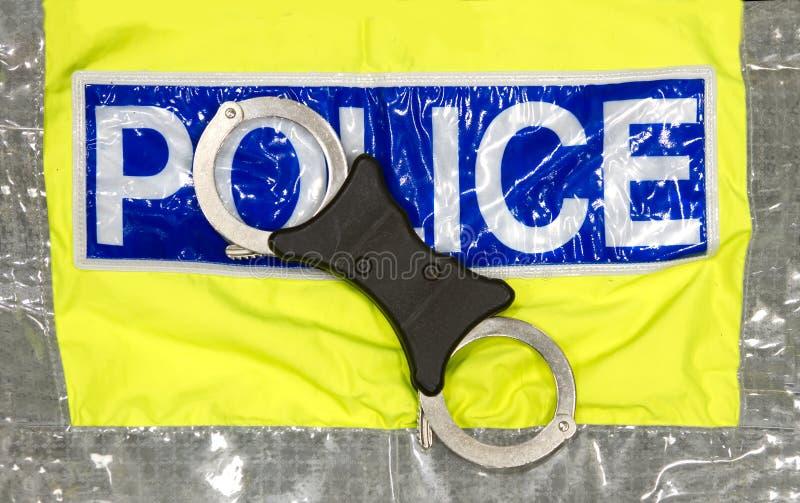 Polizeihandschellen auf einer hallo visibilty Jacke lizenzfreies stockfoto