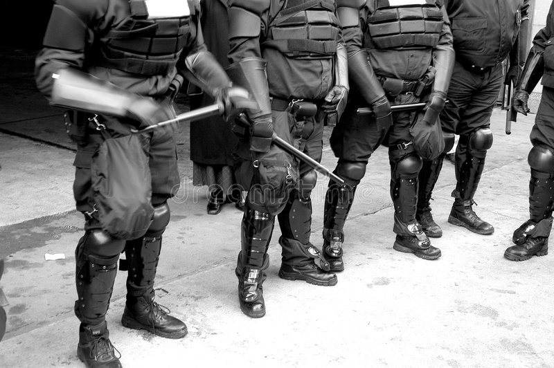 Polizeikarosserien in der Schutzausrüstung stockbild
