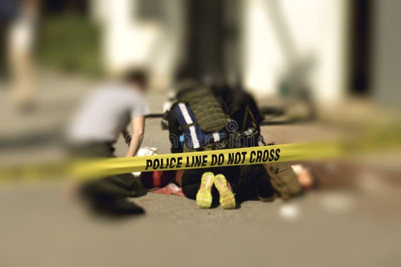 Polizeilinie mit unscharfem Medizinerstrafverfolgungshintergrund stockbilder