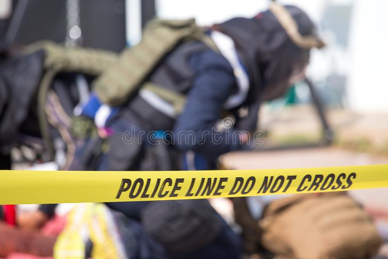 Polizeilinie tun kein Kreuz mit unscharfem Strafverfolgungshintergrund stockbild