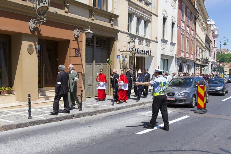 Polizeimann, der den Verkehr einschränkt stockfotografie