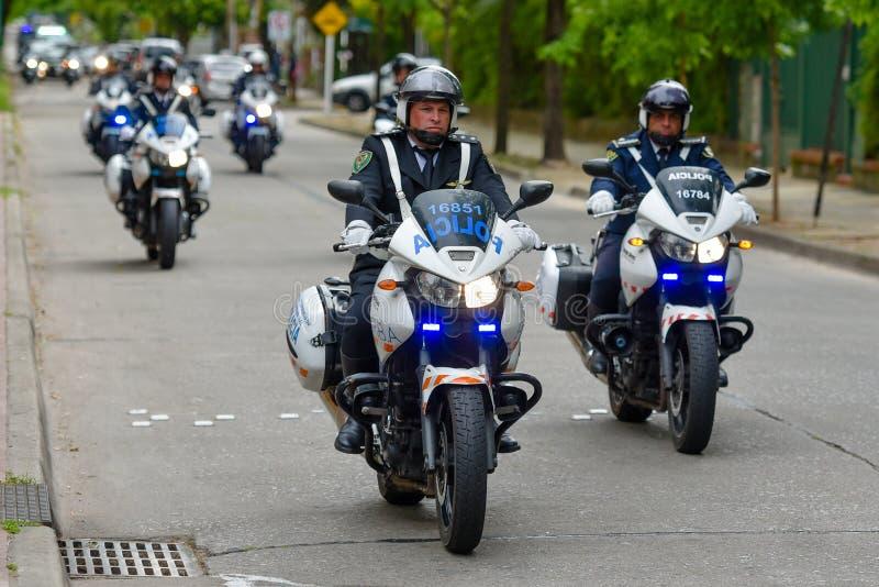 Polizeimotorradeskorte stockbilder