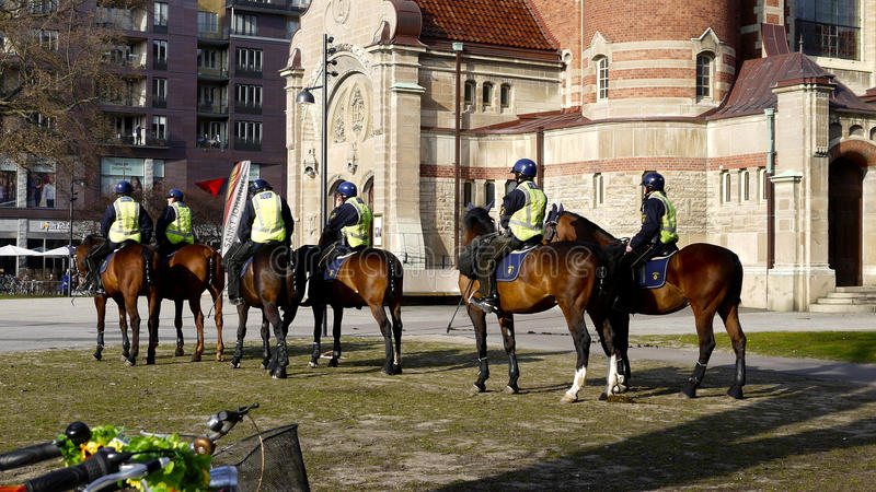 Polizeipferde auf einem Marktplatz stockfotografie