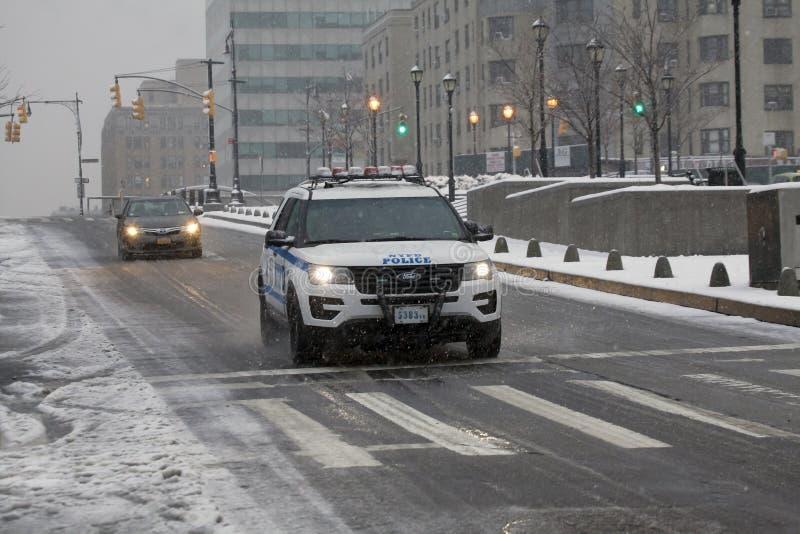 Polizeistreifenwagen während des Schneefalles in den Bronx New York lizenzfreie stockfotos