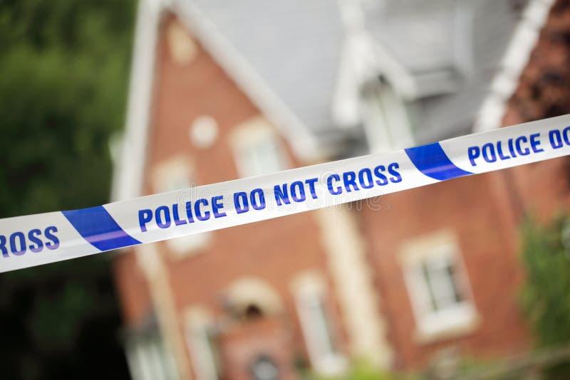 Polizeitatort vor Haus stockbilder