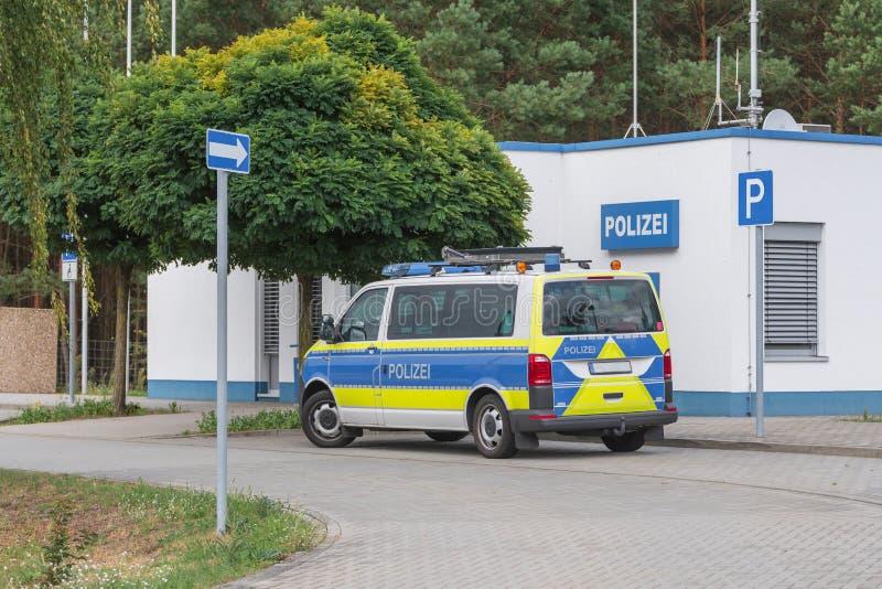 Polizeiwagen an einem Polizeirevier auf der Autobahn lizenzfreie stockfotos