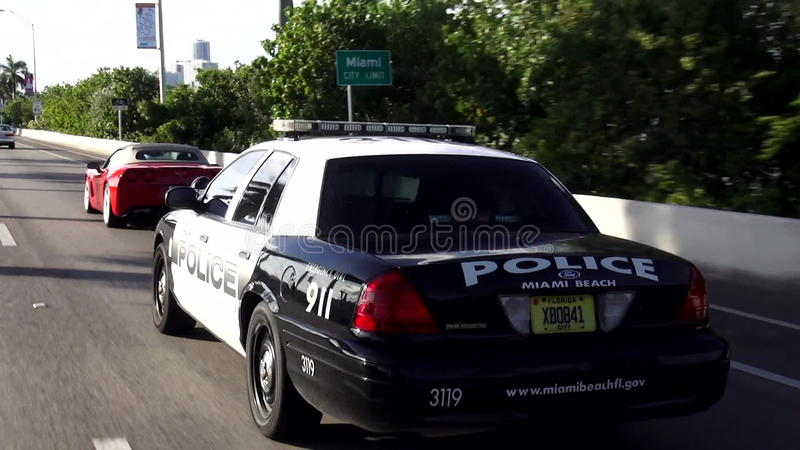 Polizeiwagenfahren auf eine Straße Miami Beach-Polizei USA-Stadtbilder stock video footage