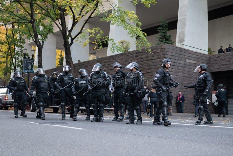 Polizia in attrezzatura antisommossa pesante durante la protesta immagini stock libere da diritti