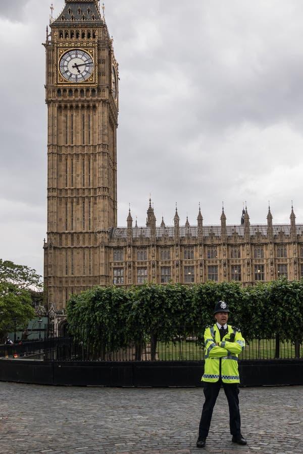 Polizia britannica accanto a Big Ben a Londra nel giugno 2015 l'inghilterra Il Regno Unito fotografia stock libera da diritti