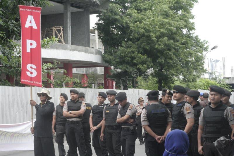 Polizia che tiene dimostrazione tradizionale Sukarno di azione dei commercianti del mercato in Sukoharjo fotografia stock libera da diritti