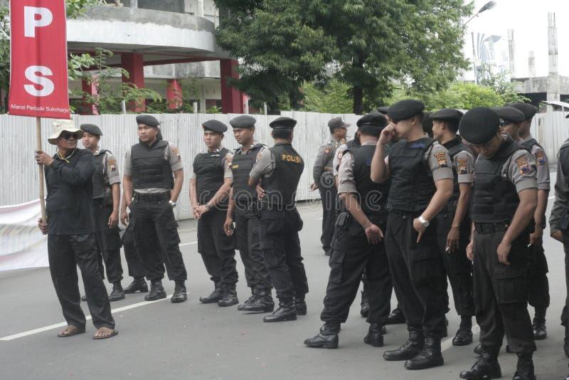 Polizia che tiene dimostrazione tradizionale Sukarno di azione dei commercianti del mercato in Sukoharjo fotografia stock