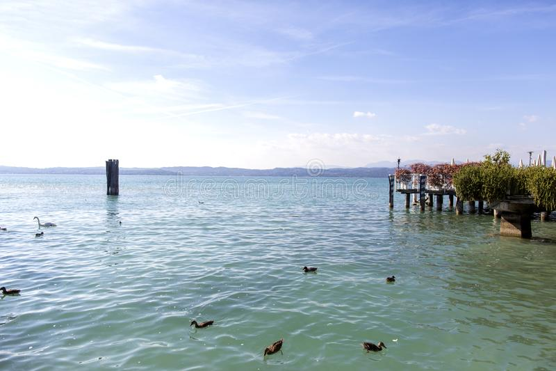 Polizia del lago, Sirmione, Italia Il lago garda è una delle regioni dell'Italia turistiche frequentate fotografia stock libera da diritti