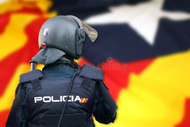 Polizia di tumulto e bandiera di indipendenza della Catalogna fotografia stock
