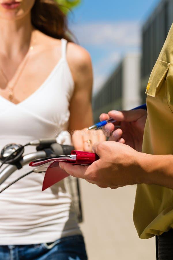 Polizia - donna sulla bicicletta con l'ufficiale di polizia fotografie stock libere da diritti