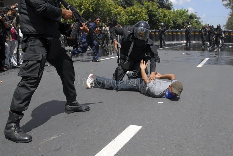 POLIZIA INDONESIANA PER STRINGERE LO STATO ISLAMICO DI SICUREZZA immagini stock