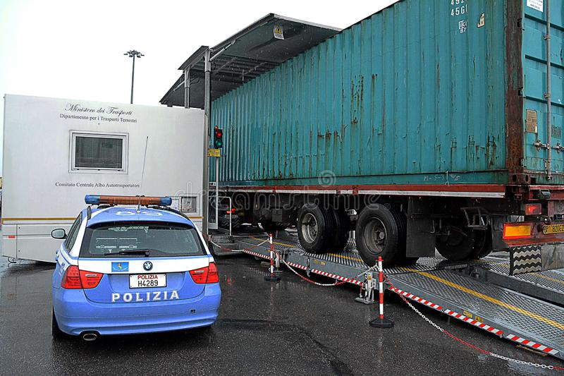 Polizia stradale durante il controllo immagini stock libere da diritti