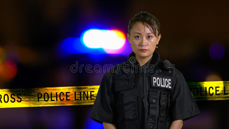 Poliziotta americana asiatica che sorride alla macchina fotografica fotografia stock