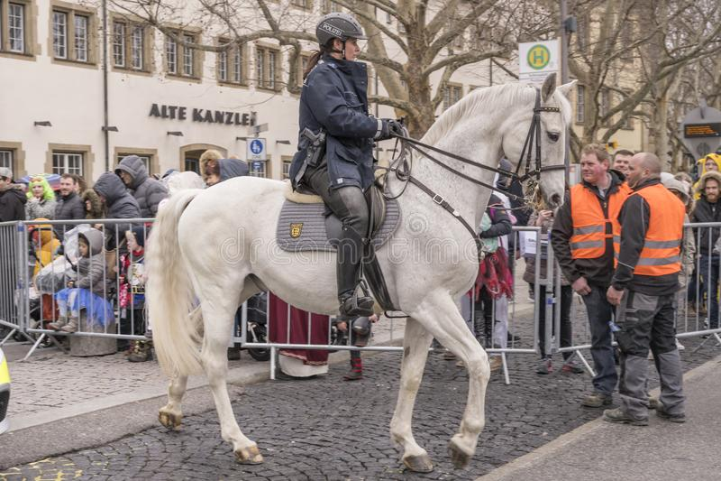 Poliziotta a cavallo che apre parata di carnevale, Stuttgart immagine stock libera da diritti