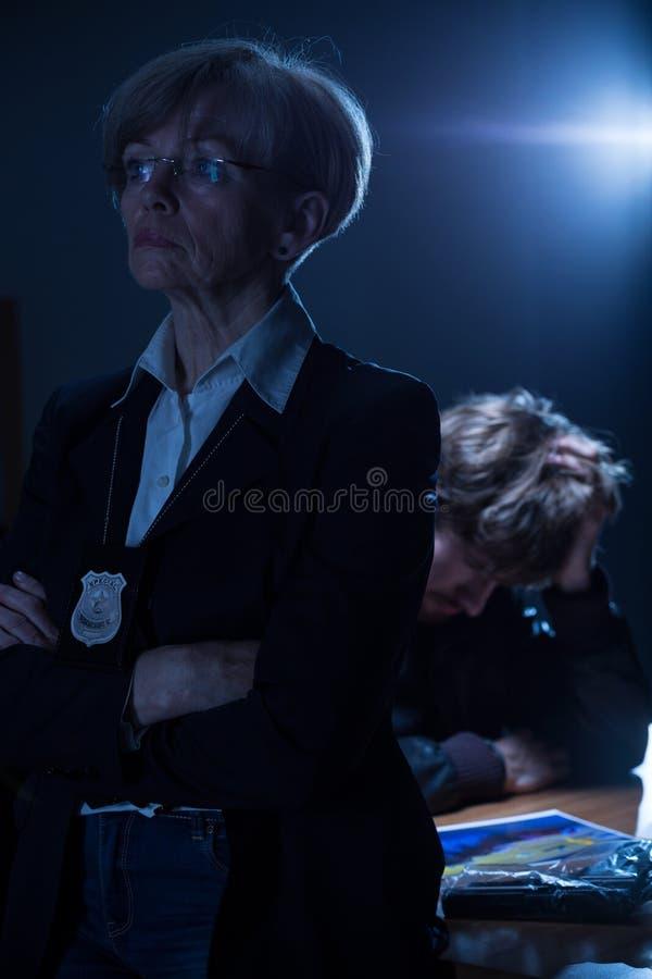 Poliziotta seria con il distintivo fotografia stock