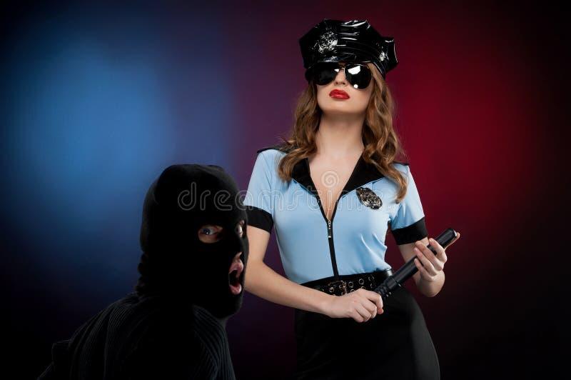 Poliziotta sexy sul lavoro. immagini stock