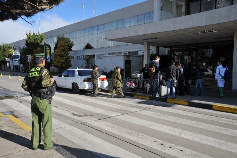 Poliziotto all'aeroporto internazionale del passo di danza della La immagini stock libere da diritti