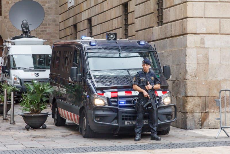 Poliziotto con l'arma automatica immagine stock