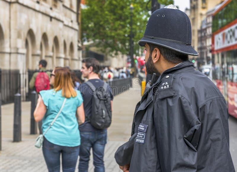 Poliziotto nel centro urbano immagini stock libere da diritti