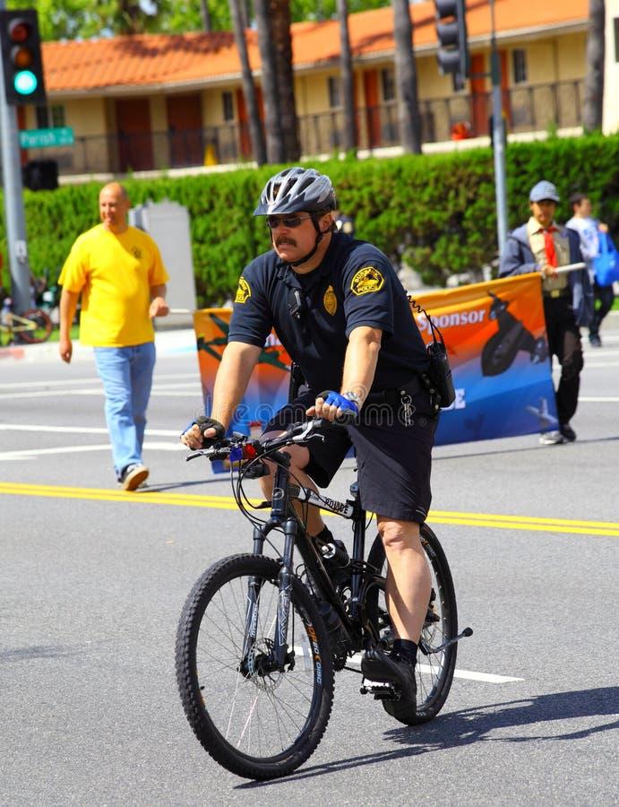 Polizist auf Fahrrad lizenzfreies stockfoto