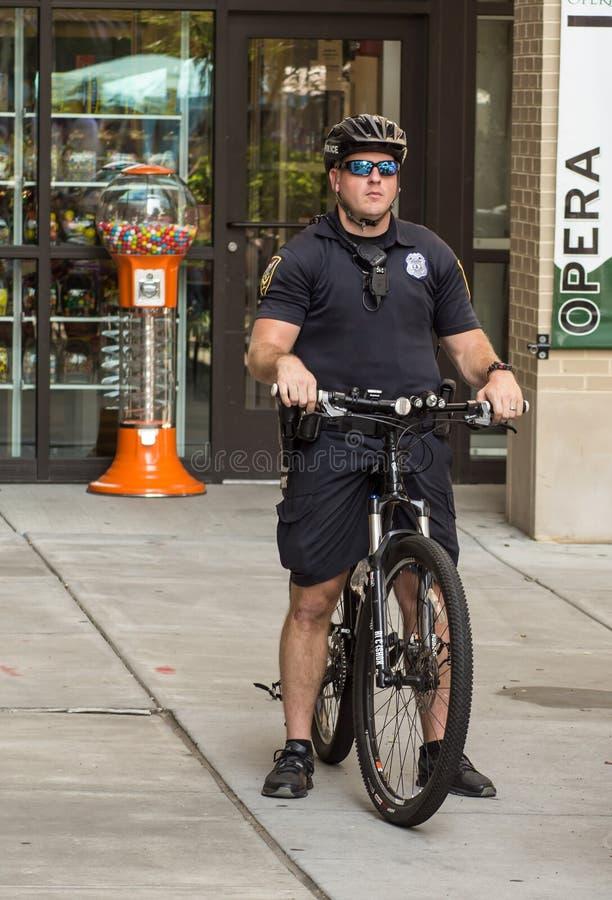 Polizist auf Fahrrad-Patrouille stockbild