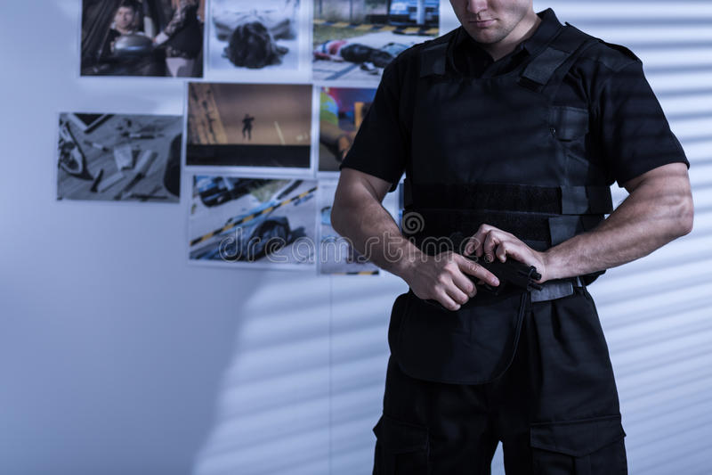 Polizist in der Polizeiuniform lizenzfreie stockfotos