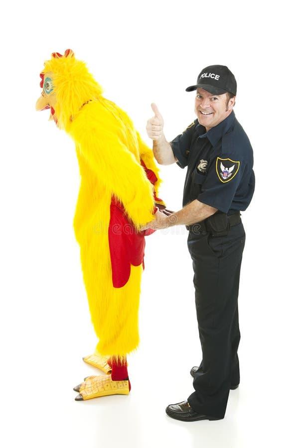 Polizist hält Huhn-Mann fest stockbilder
