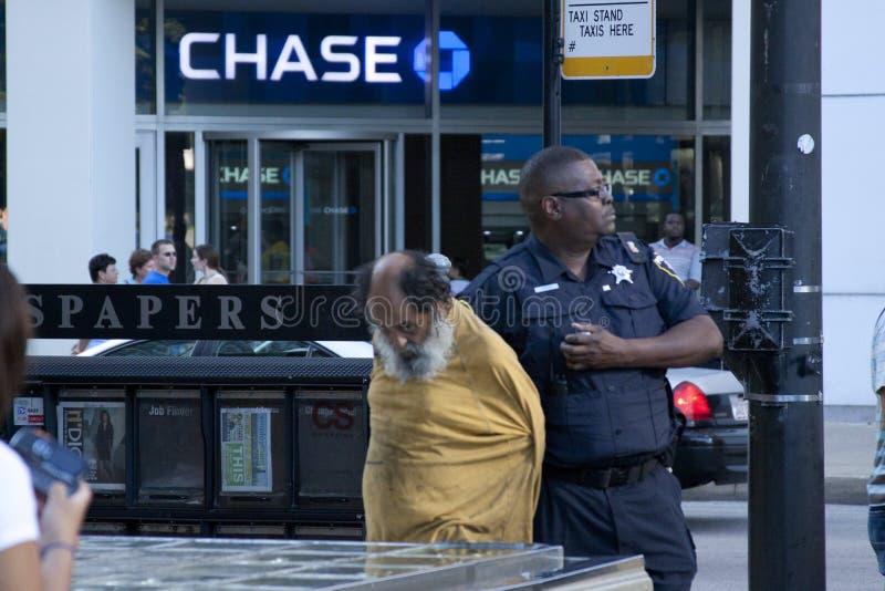 Polizist hielt einen heimatlosen Mann fest stockfoto