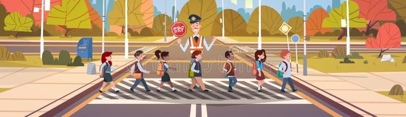 Polizist-Schutz-Help Group Of-Schulkinder, die Straße kreuzen stock abbildung