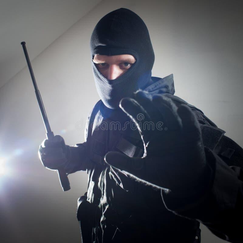 Polizist/Soldat der besonderen Kräfte mit taktischem Polizeitaktstock lizenzfreie stockfotos