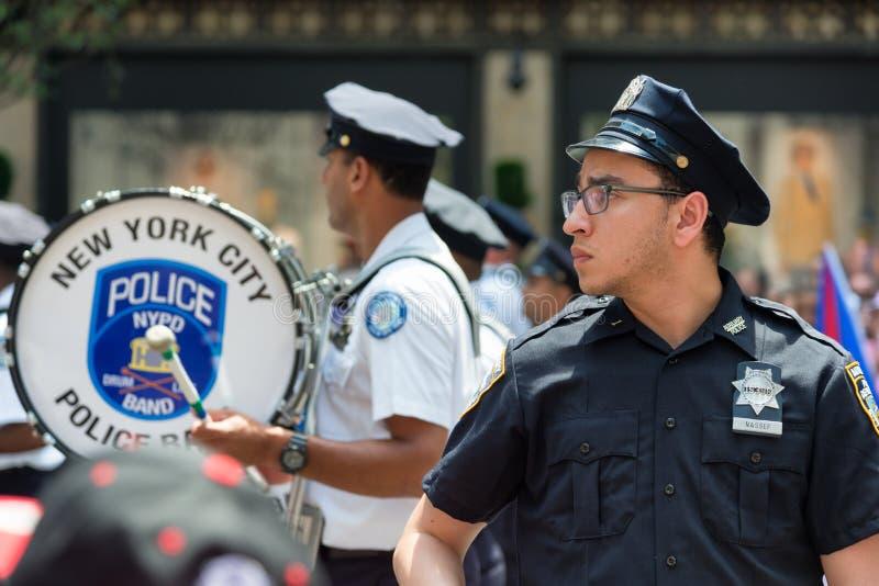 Polizist und Polizei versieht während der puertorikanischen Parade auf der 5. Allee mit einem Band stockbilder