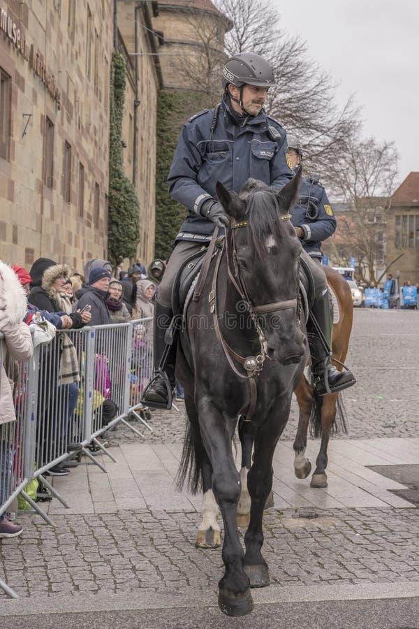 Polizist zu Pferd, der Karnevalsparade, Stuttgart öffnet lizenzfreie stockfotos