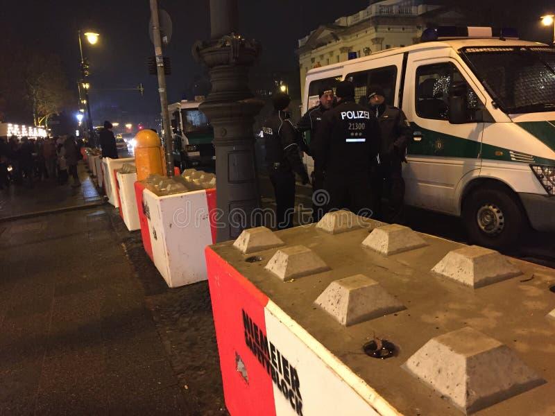 Polizisten, die einen Weihnachtsmarkt in Berlin, Deutschland schützen stockfoto