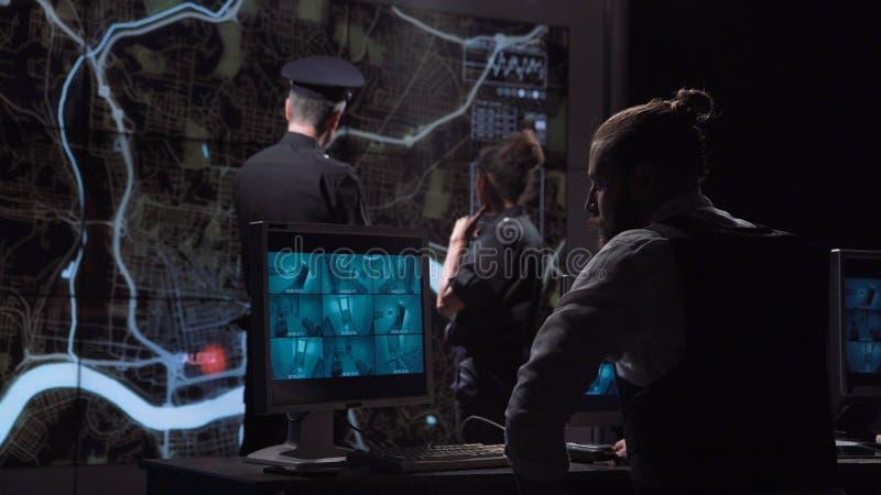 Polizisten, die Gruppe vom Überwachungsbüro jagen lizenzfreie stockfotos