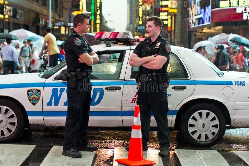 Polizisten, die in NY plaudern stockbilder