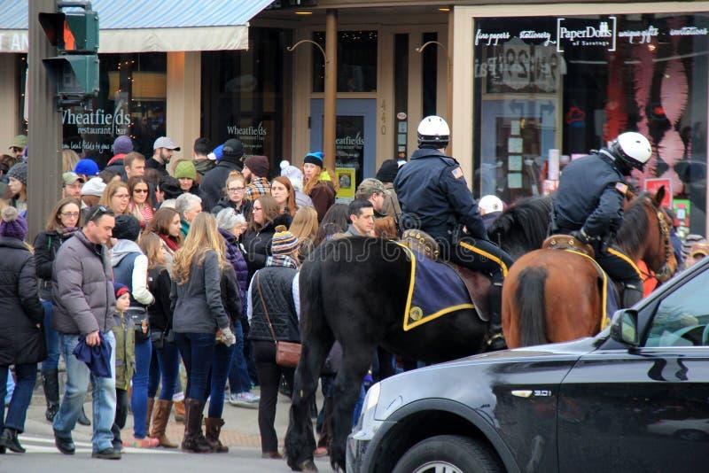 Polizisten zu Pferd, Steuerung auf der Menge während Chowderfest halten, Saratoga, New York, 2016 lizenzfreie stockfotos