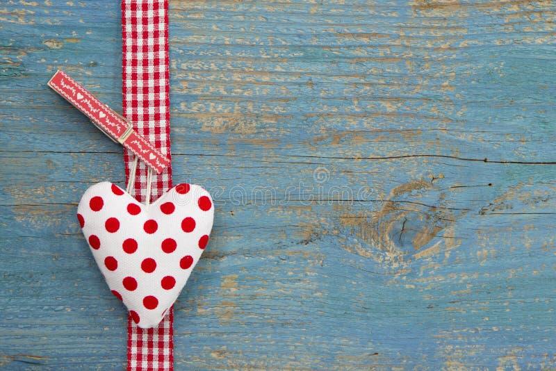 Polka gestippeld hart op blauwe houten oppervlakte in de stijl van het land voor g royalty-vrije stock foto's