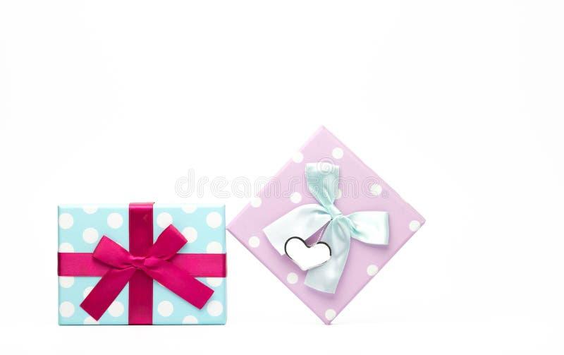 Polka twee stippelde giftdoos met lintboog en de lege die groetkaart op witte achtergrond wordt geïsoleerd met, voegt enkel uw to royalty-vrije stock foto's
